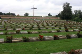 Cemitério Nacional, ao lado da entrada da fortaleza